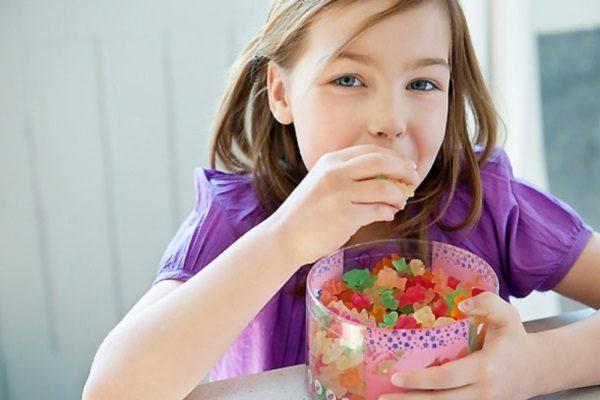 Cho bé ăn các món ăn vặt không phù hợp