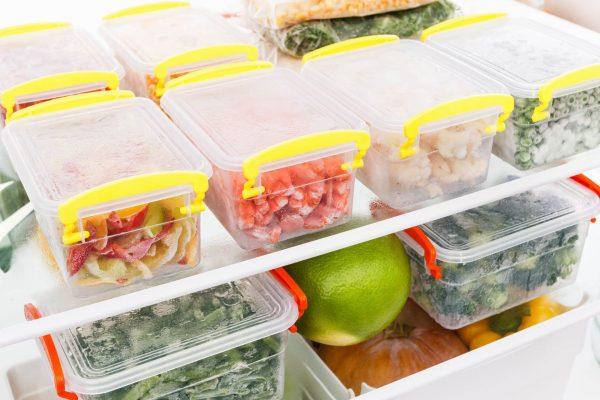 Để giữ cho thức ăn chín giữ được độ tươi, ngon cần bọc kín thức ăn hoặc cho thức ăn vào hộp (ảnh minh họa)