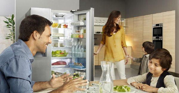 Để tiết kiệm thời gian nấu nướng, rất nhiều người thường có thói quen nấu thức ăn chín rồi bảo quản trong tủ lạnh (ảnh minh họa)