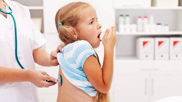 Thời tiết lạnh trẻ dễ mắc viêm phế quản, nếu không được điều trị bệnh sẽ biến chứng gây viêm phổi rất nguy hiểm cho trẻ. (ảnh minh họa)
