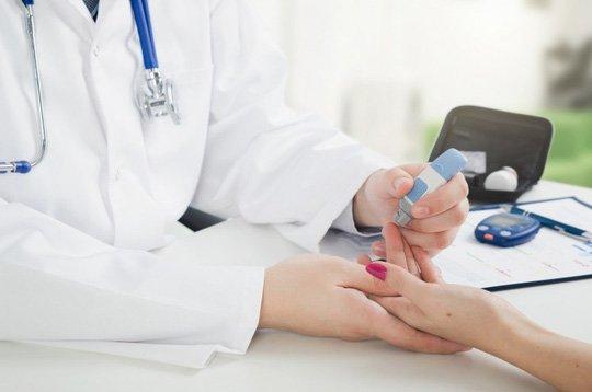xét nghiệm đường huyết  giúp phát hiện triệu chứng hạ đường huyết