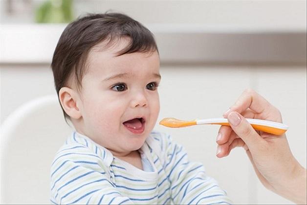 Bé 9 tháng chưa mọc răng mẹ nên cho con ăn các thực phẩm giàu canxi và vitamin.