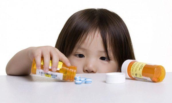 trẻ đang uống kháng sinh không nên ăn sữa chua