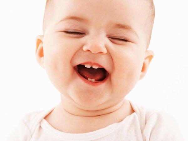 bé 9 tháng chưa mọc răng mẹ nên cho con ăn các thực phẩm giàu canxi và bổ sung các vitamin và chất dinh dưỡng cho bé. (ảnh minh họa)