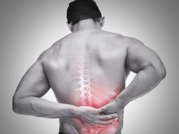 Các bệnh lý về cột sống lưng như thoái hóa đốt sống lưng, thoát vị đĩa đệm,... có thể gây đau hông bên phải. (ảnh minh họa)