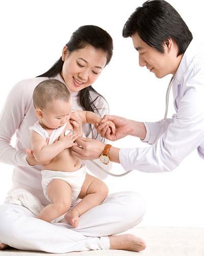 Bé chậm mọc răng mẹ đừng quá lo lắng, hãy chăm sóc bé chu đáo và nên cho con đi thăm khám với bác sĩ để xem bé thiếu chất dinh dưỡng gì để bổ sung phù hợp. (ảnh minh họa)