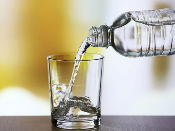 để chung nước pha sữa với các loại nước khác