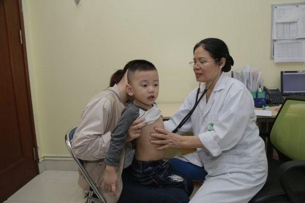 bé bị sốt nên cho con đi thăm khám với bác sĩ để chẩn đoán đúng nguyên nhân và xử trí hiệu quả