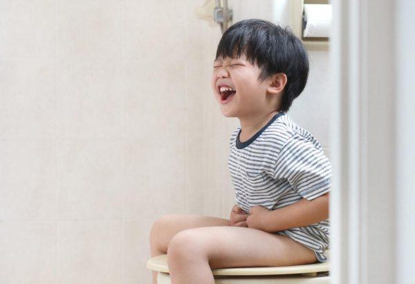 trẻ bị táo bón lâu ngày có thể gây sa trực tràng