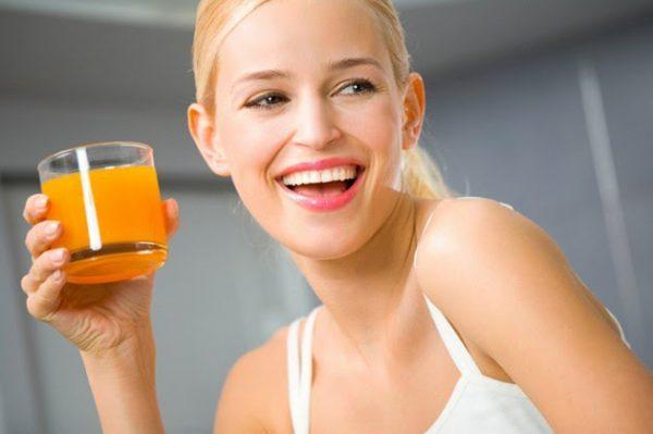 vì sao không uống nước cam vào buổi tối