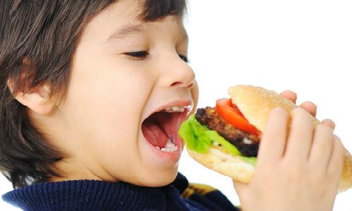 trẻ bị chướng bụng đầy hơi do ăn nhiều thức ăn nhanh