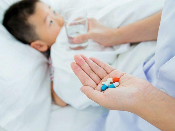 bé bị sốt không vội cho con uống thuốc kháng sinh khi