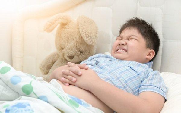 trẻ bị ngộ độc thức ăn ở trẻ em