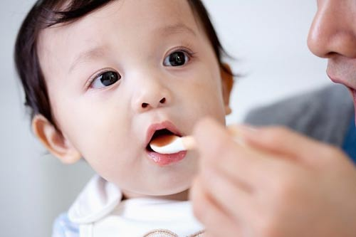 sai lầm cho trẻ sơ sinh uống thuốc cam khi bé bị đi ngoài có bọt