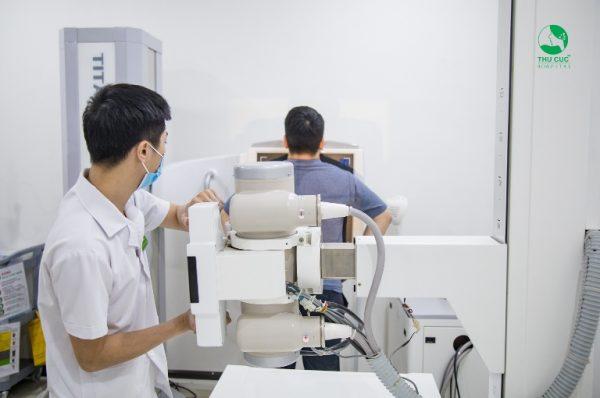 Tại bệnh viện Thu Cúc thì các bạn có thể thấy là  phòng chụp Xquang được thiết kế đúng tiêu chuẩn của bộ y tế với hệ thống máy Xquang hiện đại, an toàn tuyệt đối giúp chẩn đoán chính xác các bất thường tim, phổi, trung thất