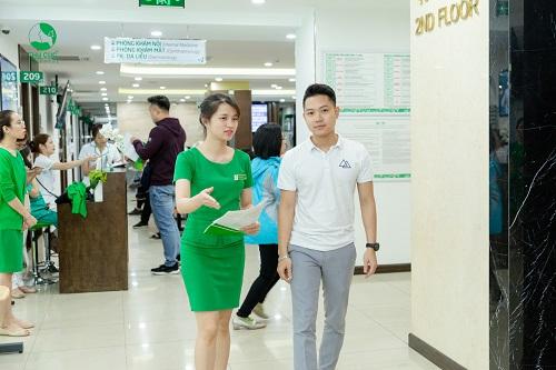 Lễ tân tại bệnh viện Thu Cúc luôn có mặt và điều hướng kịp thời cho mọi người bệnh khi thăm khám