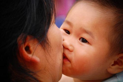 hôn môi có thể gây viêm màng não ở trẻ sơ sinh