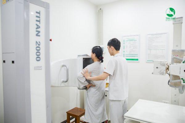 Danh mục chụp X-Quang tim phổi thẳng trong Gói khám của cô Thường là để giúp phát hiện ra các tổn thương về tim phổi, trung thất