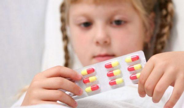 trường hợp trẻ viêm họng do virus chưa cần dùng đến thuốc kháng sinh