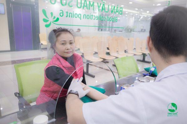 Cô Hoàng Thị Hằng (46 tuổi) trong một lần khám sức khỏe tại Bệnh viện ĐKQT Thu Cúc