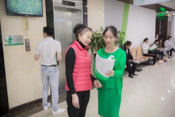 Với mỗi bước khám cô Hằng đều được đội ngũ nhân viên y tế hỗ trợ và hướng dẫn rất tận tình