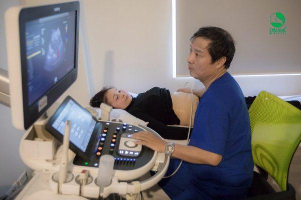 Cô Hằng trong quá trình siêu âm kiểm tra, đánh giá những tổn thương ở các cơ quan trong ổ bụng như là gan, mật, thận, lách, bàng quang, tử cung, buồng trứng...