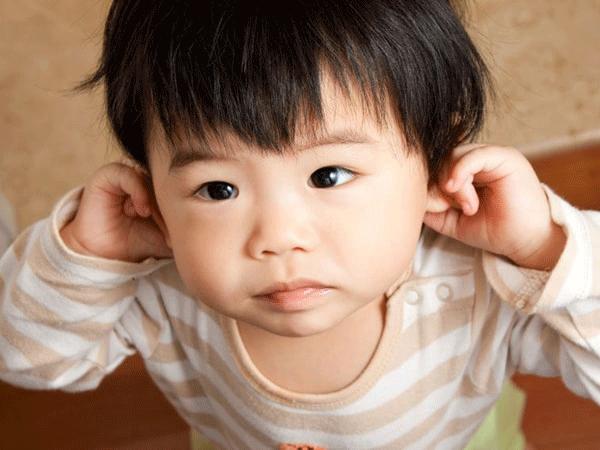 biểu hiện trẻ bị viêm tai giữa thanh dịch