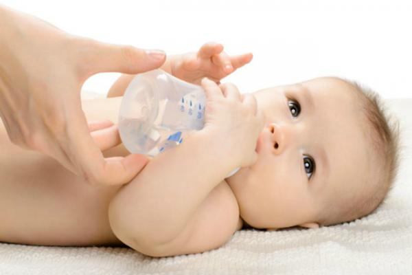 trẻ sơ sinh không cần uống nước mỗi ngày