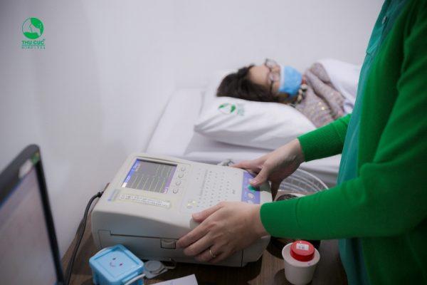 Chị Hà được trải qua đầy đủ các danh mục cần thiết như: khám tổng quát, xét nghiệm máu và nước tiểu, điện tim, siêu âm...