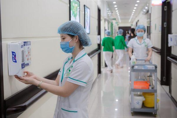 100% bác sĩ và nhân viên y tế đều đeo khẩu trang trong suốt quá trình khám chữa bệnh