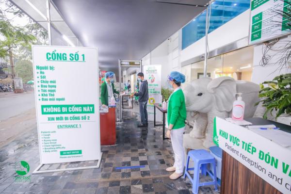 Cổng dành cho người bệnh thông thường, có nhân viên y tế hướng dẫn rửa tay, đo thân nhiệt và khai báo y tế