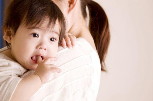 Trẻ bị bí tiểu ba mẹ không nên đắp lá, xoa dầu vì cógây bỏng da bé mà không giải quyết được tình trạng bí tiểu