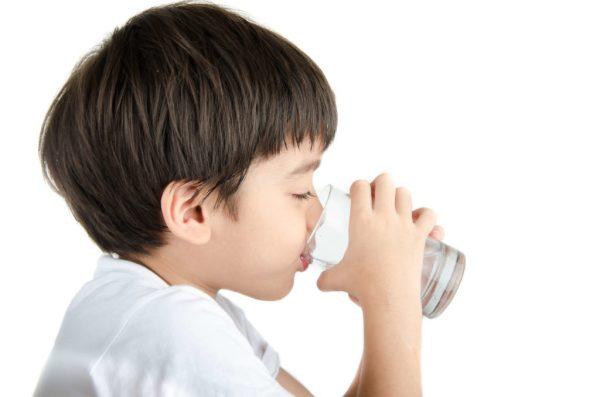 trẻ em mỗi ngày cần uống bao nhiêu nước là đủ
