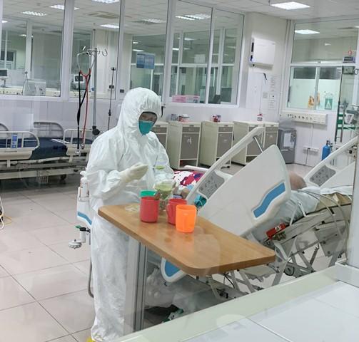 Nhân viên y tế chăm sóc tích cực cho bệnh nhân COVID-19 tại BV Bệnh Nhiệt đới Trung ương.