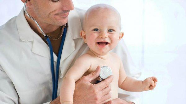 Trẻ bị rụng tóc nhiều, trong thời gian dài nên cho bé đi thăm khám với bác sĩ.
