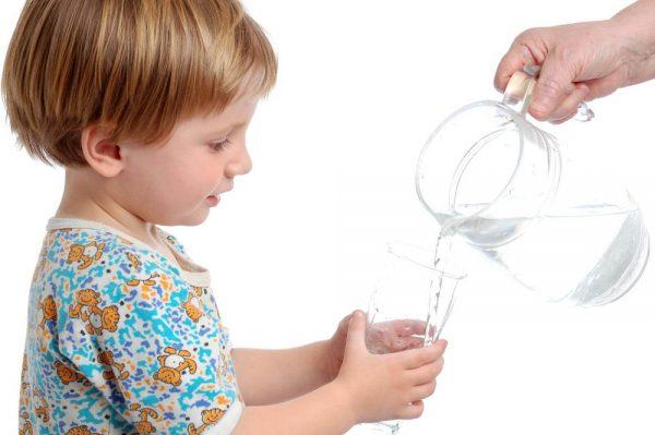 bổ sung oresol đúng cách cho trẻ bị ngộ độc thực phẩm ở trẻ em