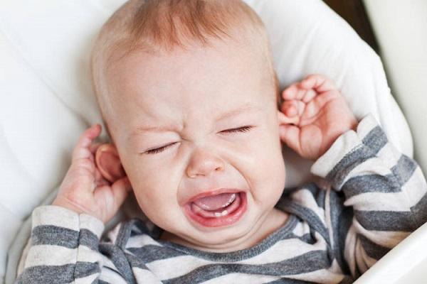 chăm sóc trẻ bị viêm tai giữa tịa nhà tránh biến chứng nguy hiểm