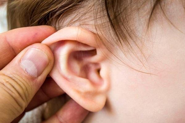 trẻ bị viêm tai giữa có nguy hiểm không