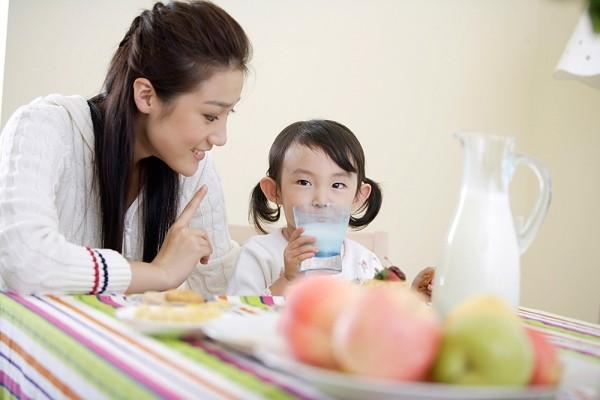 chế độ ăn uống cho trẻ nhỏ những ngày nắng nóng
