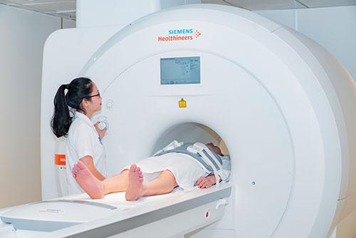 chụp cộng hưởng từ mri cho bé trai dậy thì sớm để phát hiện bệnh về não