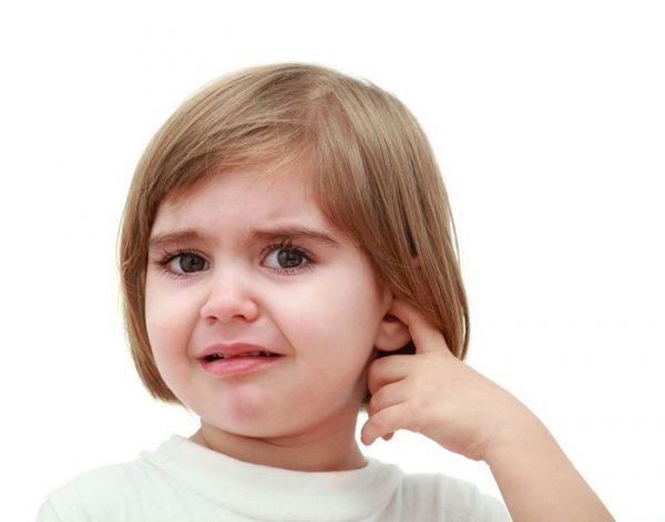 trẻ bị viêm tai giữa do bơi lội