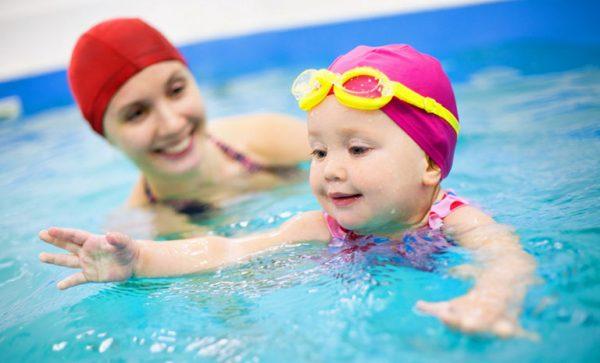 trẻ dễ bị cảm lạnh do bơi lâu