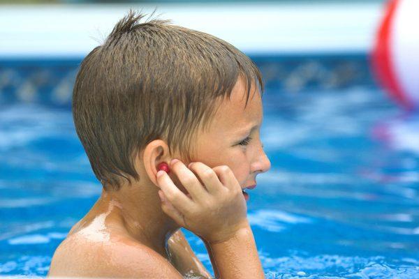 trẻ dễ bị viêm tai do bơi lội