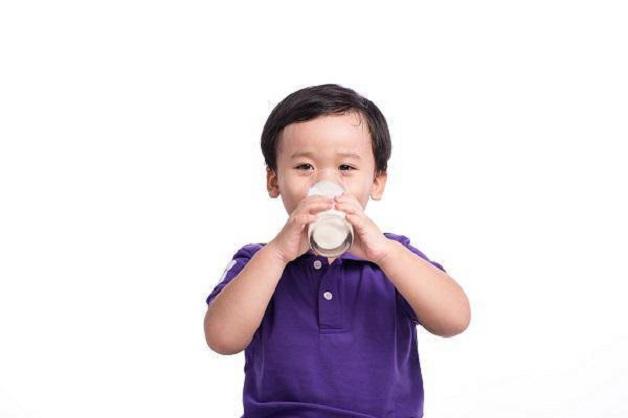 Trẻ uống nhiều sữa có thể dẫn đến thiếu máu