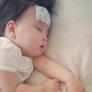 Trẻ bị sốt mẹ đừng vội vàng dùng miếng dán hạ sốt cho con