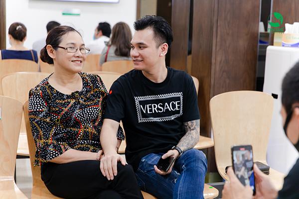 Ca sĩ Khắc Việt và Mẹ