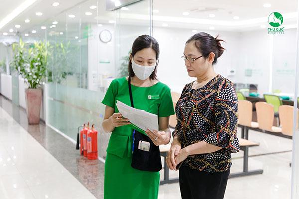 Cô Hiền và nhân viên y tế