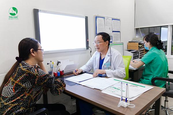 Mẹ Khắc Việt và bác sĩ