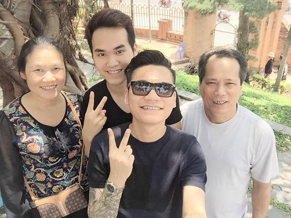 Khắc Việt và gia đình