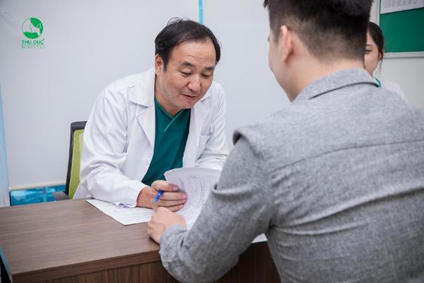 BS. Sơn khám và tư vấn phác đồ điều trị trĩ cho người bệnh